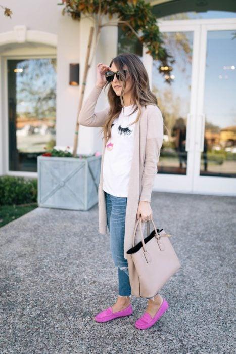 Chica usando mocasines rosas