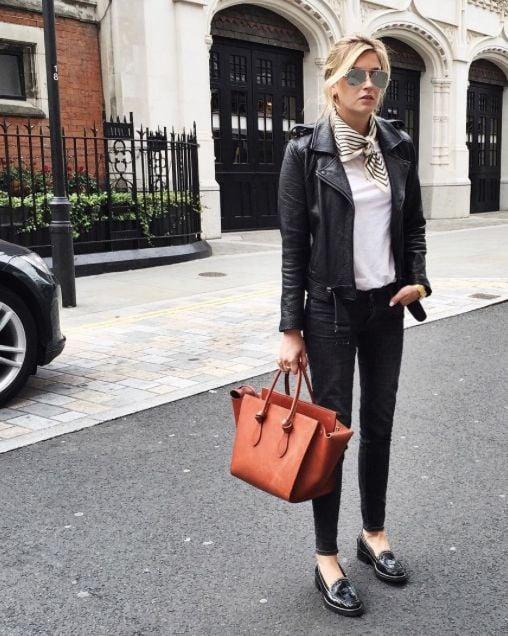 Chica usando mocasines con jeans negros y chamarra de cuero negra