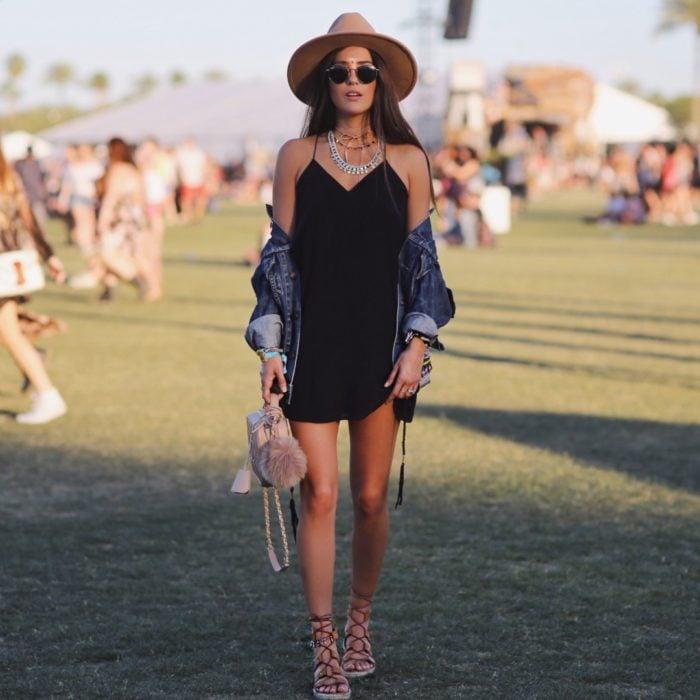 Chica luciendo un look de festival