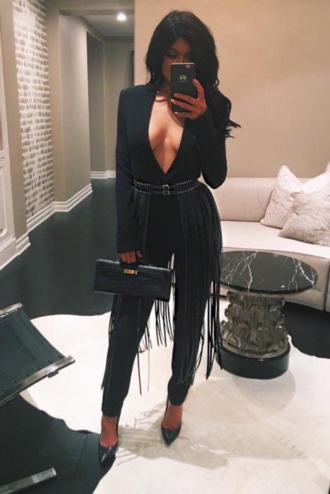 Chica usando un jumpsuit para fiesta