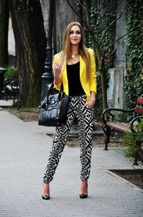 chica usando un pantalón con blazer amarillo