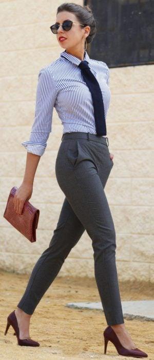 Chica usando un pantalón de vestir camisa y corbata