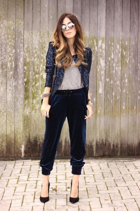 Chica usando pantalón de vestir y blazer azul marino