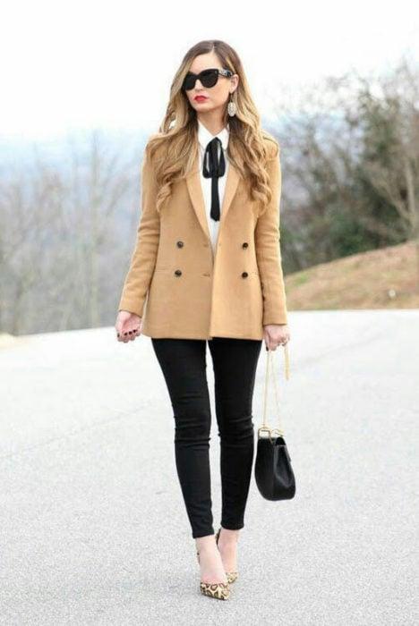 Chica usando un traje