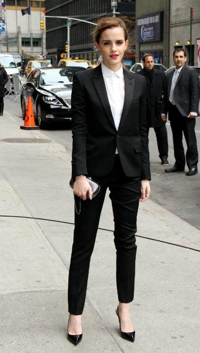 Emma watson usando un traje