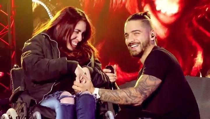 Chica en silla de ruedas a la que le cantó maluma en un concierto
