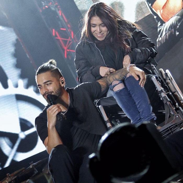 Maluma le cantó a una fan que se encuentra en silla de ruedas