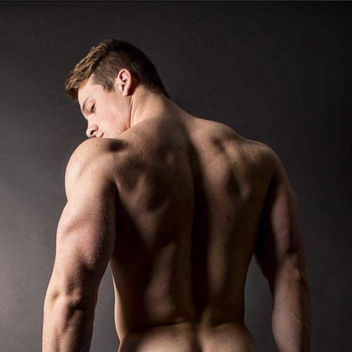 chico sin camisa de espaldas