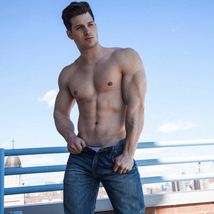 chico sin camisa en la azotea