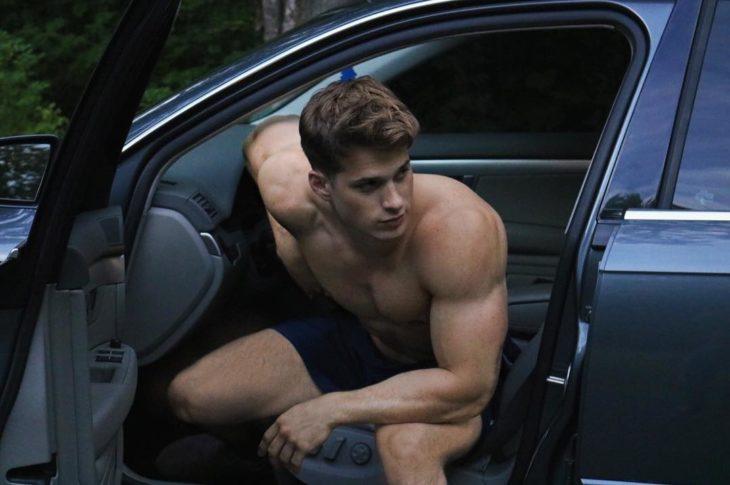 chico saliendo de su auto