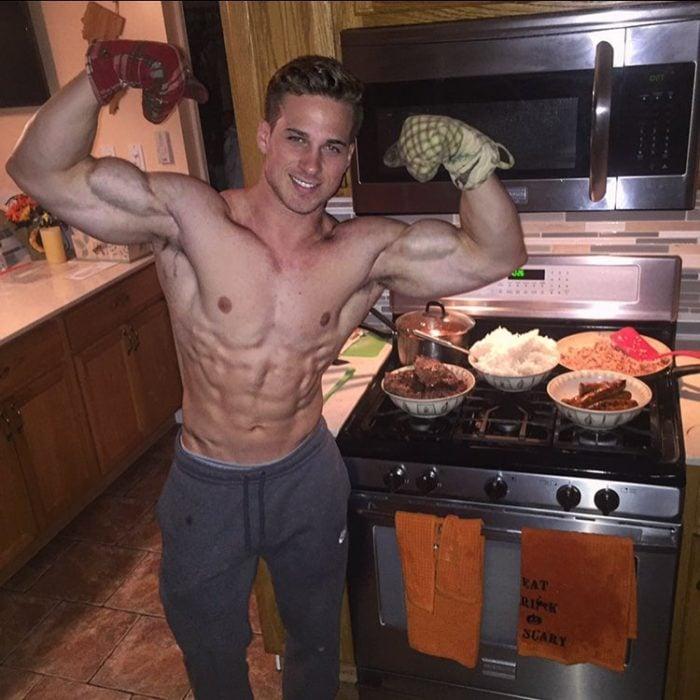 chico cocinando