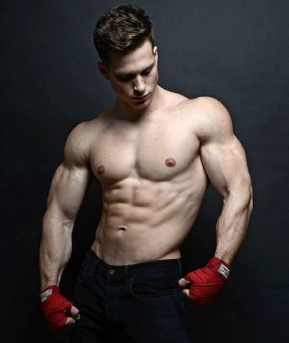 chico con guantes de box