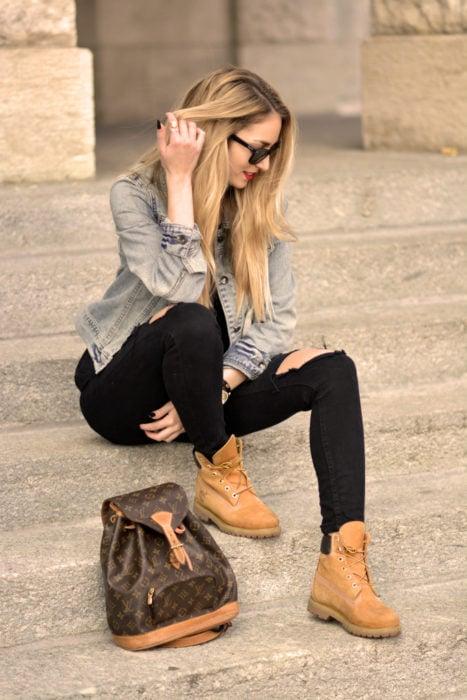 chica sentada en los escalones de la escuela