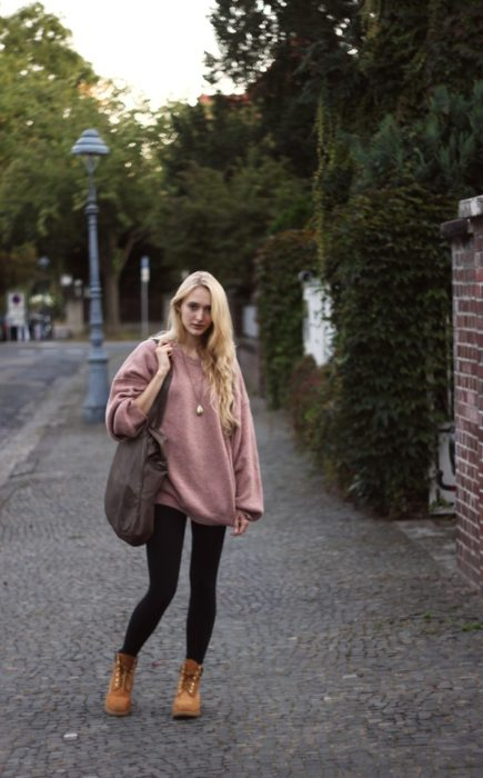chica con sueter largo y color rosa