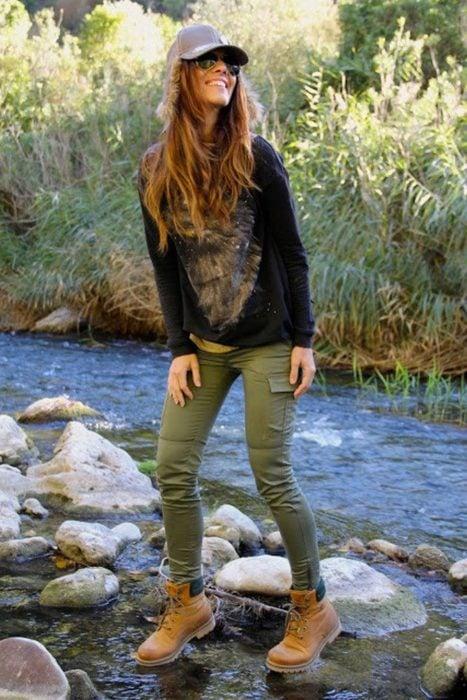 chica en medio del río