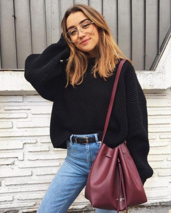 chica con gafas sonriendo