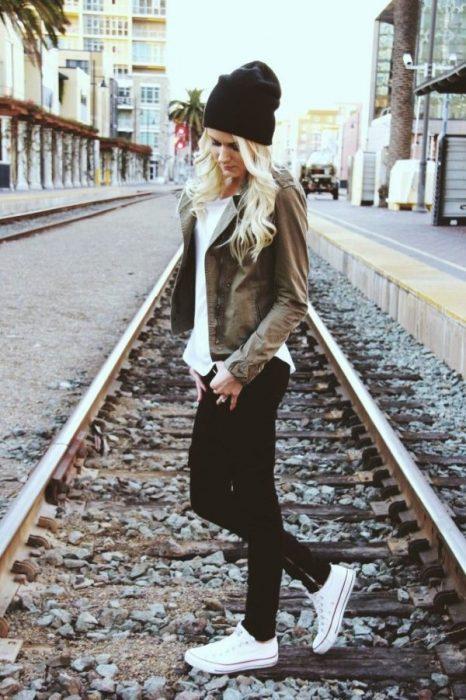 chica en las vias del tren