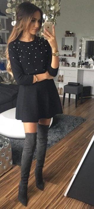 Chica usando un outfit casual para salir con sus amigas
