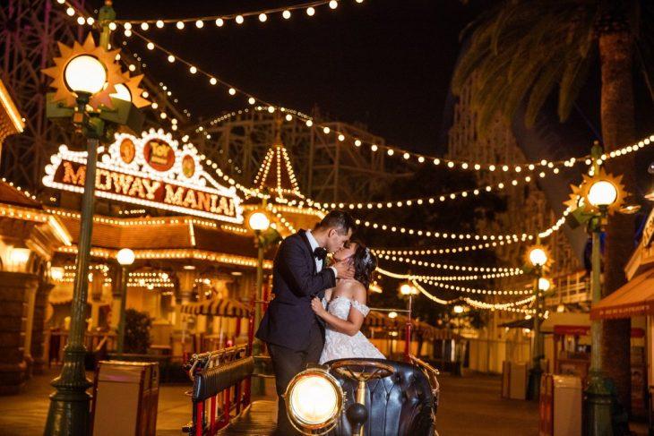 recién casados besándose