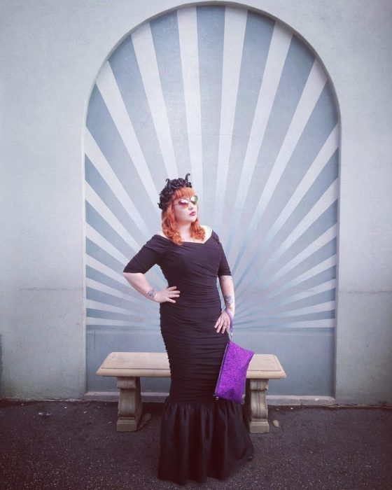 chica con vestido negro posando para una foto