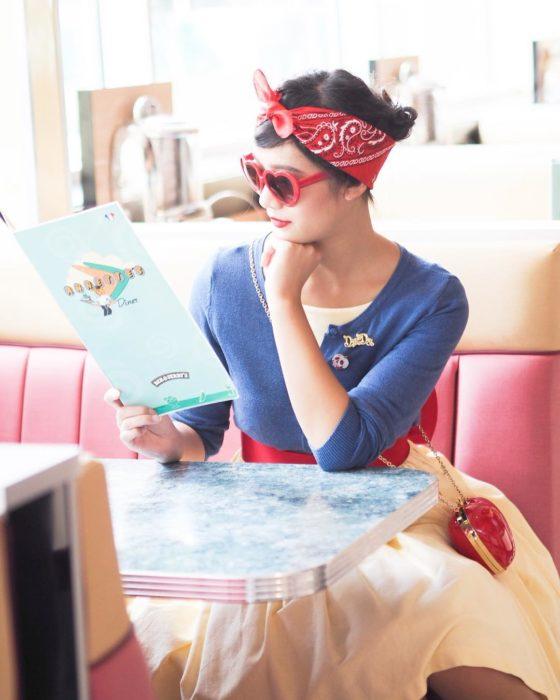 Chica leyendo en un cafgé