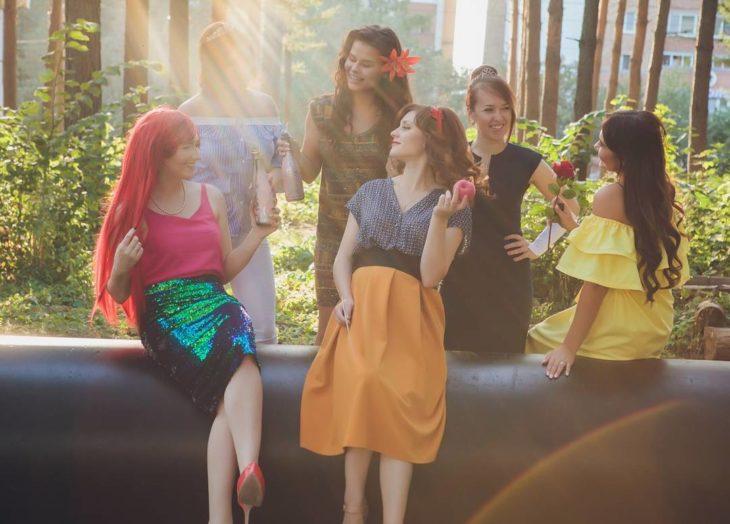 chicas con vestidos campesinos