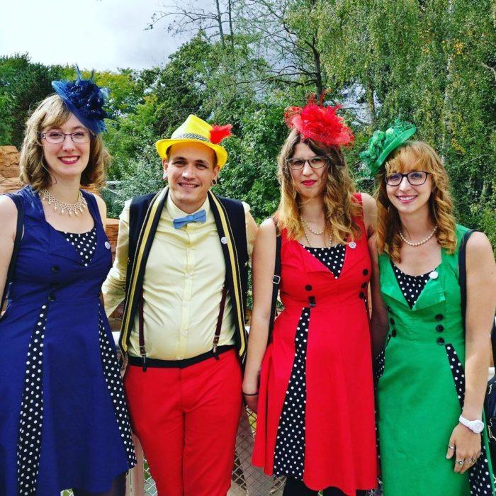 chicas con vestidos de colores y sombreros