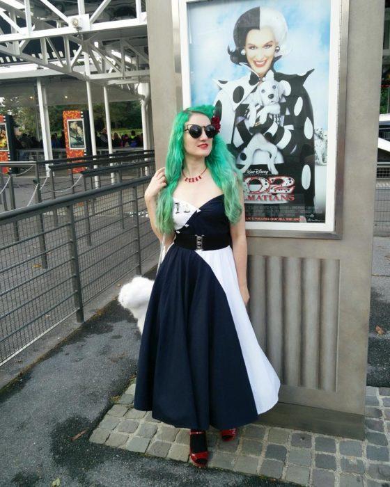 chica con cabello teñido en verde