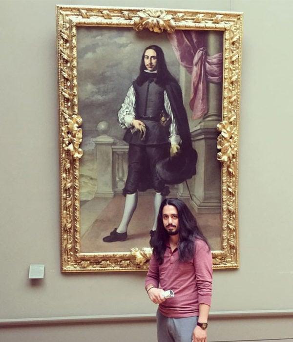 hombres con cabello largo y camisa rosa
