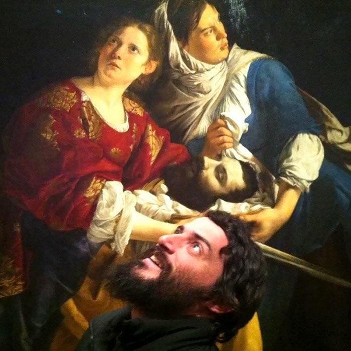 hombre imitando a una pintura de degollado