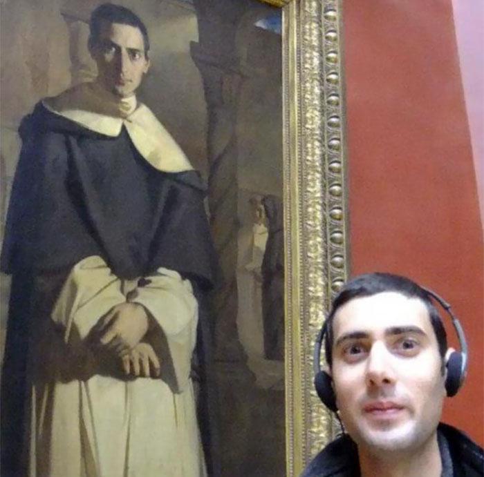 chico con audifonos en el museo