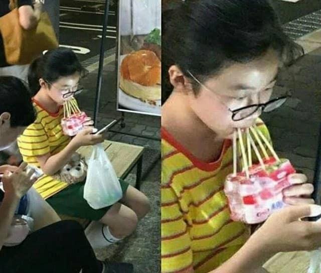 chica tomando jugo