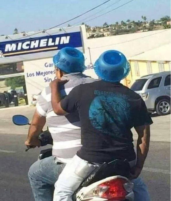 hombres viajando en motocicleta