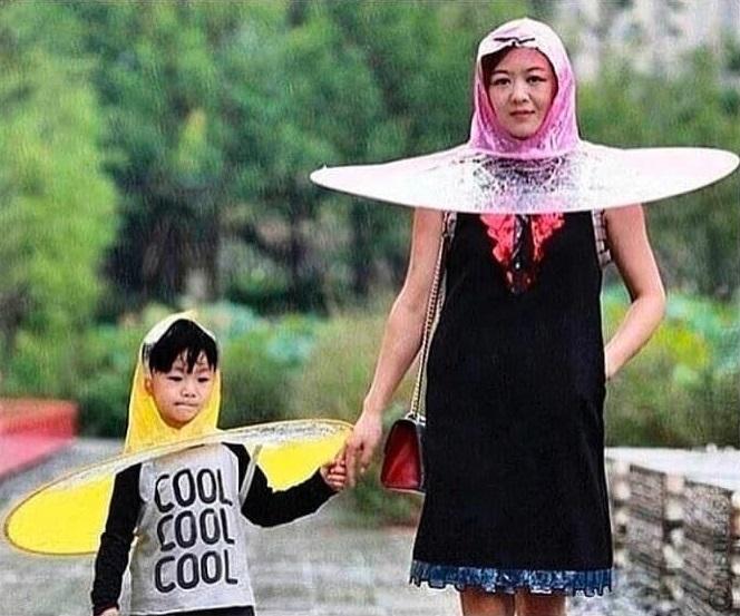 madre e hijo paseando de la mano