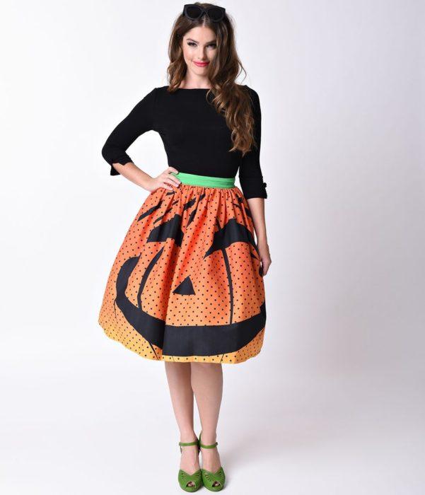 chica con falda color naranja