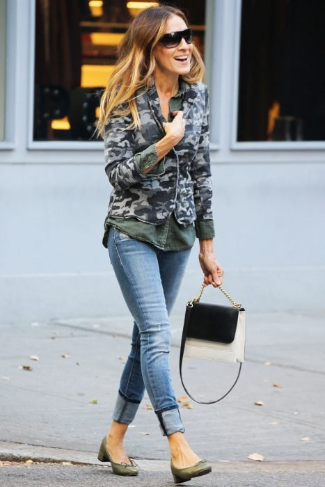 Chica usando prendas de camuflaje