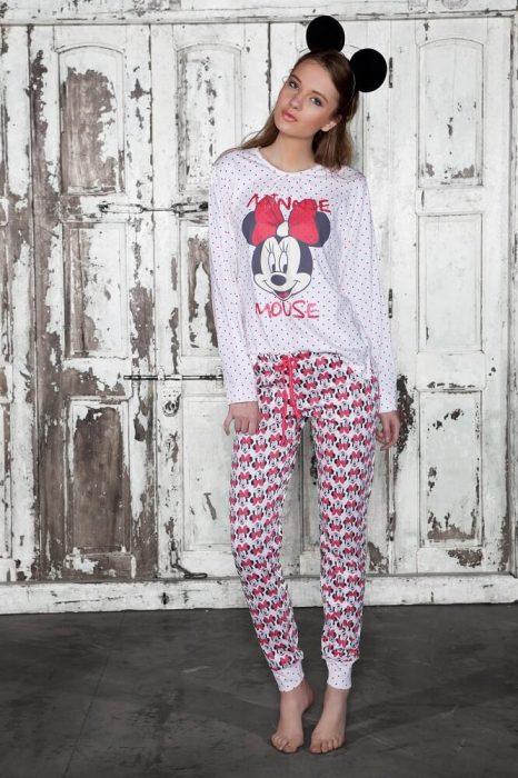 chica con pijama de Mickey Mouse