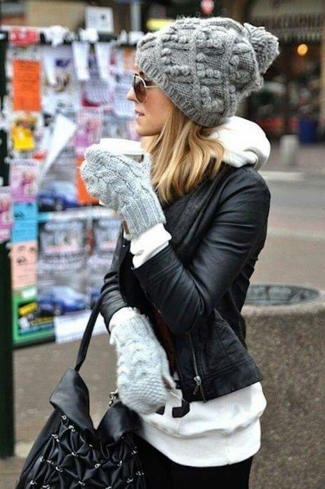chica usando guante sy gorros mientras camina