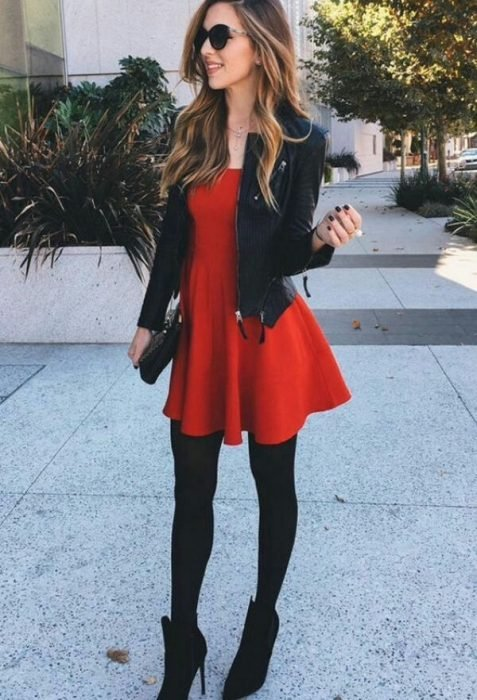chica modelando vestido rojo