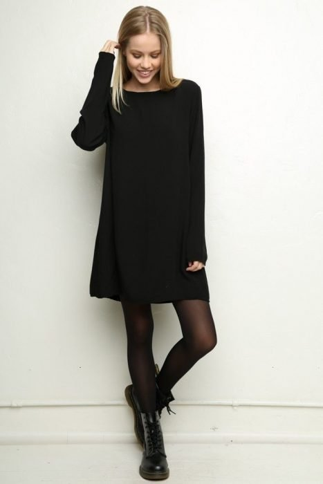 chica usando vestido negro y botas