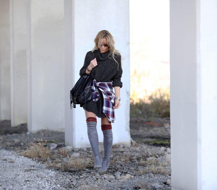 chica caminando entre escombros