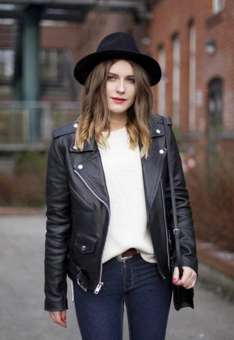 chica usando sombrero