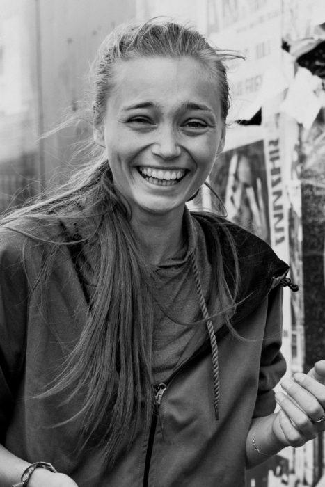 chica sonriendo de felicidad