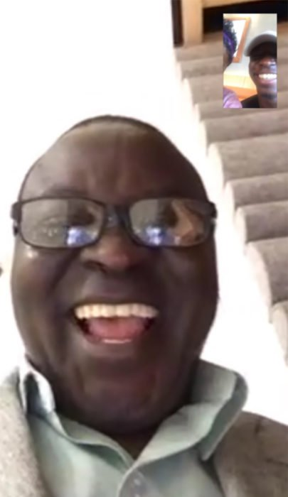 señor con gafas sonriendo