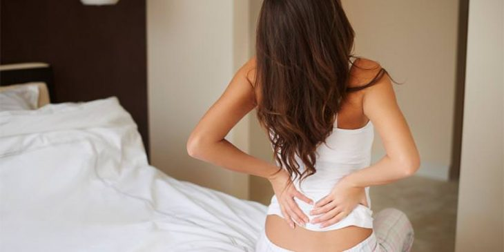 chica co dolor de espalda