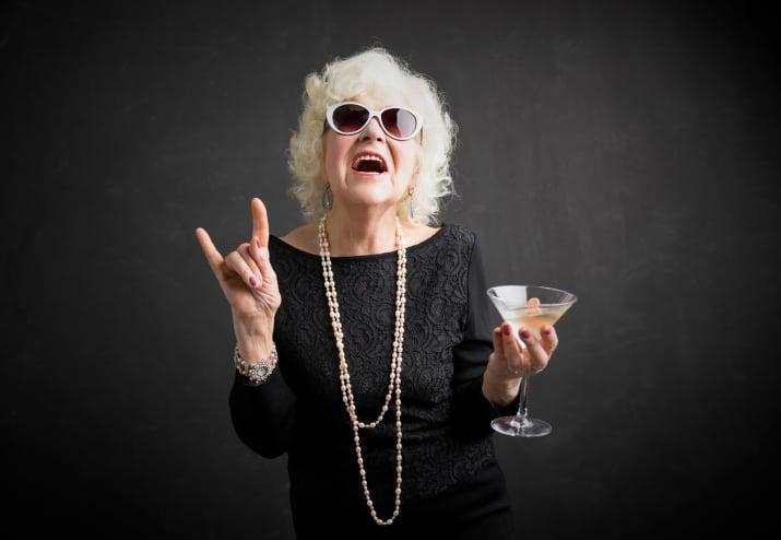 anciana bebiendo vino