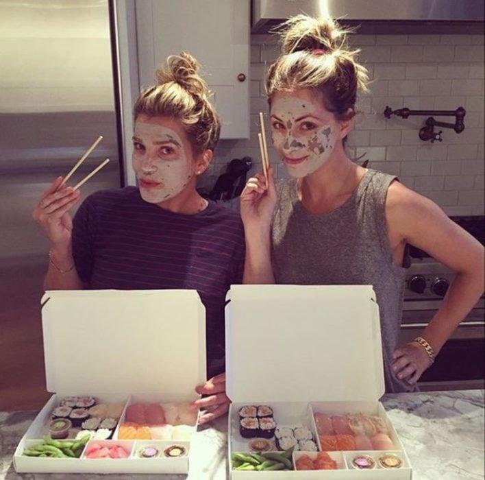 chicas comiendo suchi