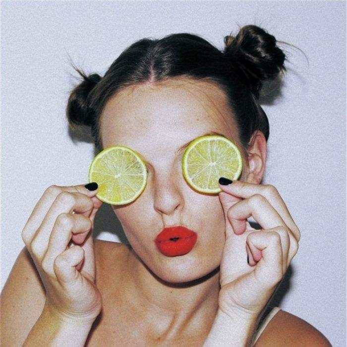 chica con rodajas de limón