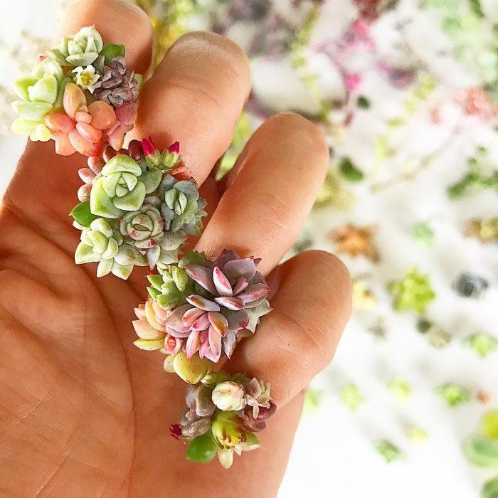 mano llena de flores