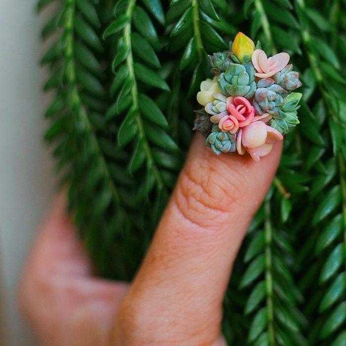 una uña con flores
